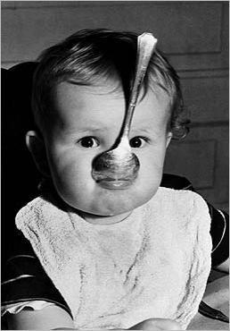 Postkarte Baby mit Löffel